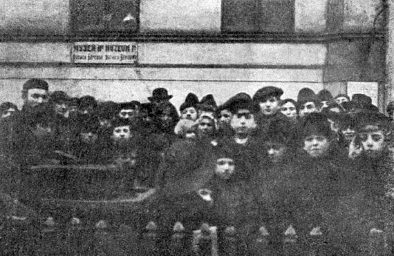 Евреи‑беженцы водворе Варшавской еврейской гмины. Фото, опубликованное в«Новом восходе» № 5. 6 февраля 1915
