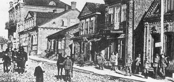 Немецкие солдаты наглавной улице вТельшяе. Литва. 1915