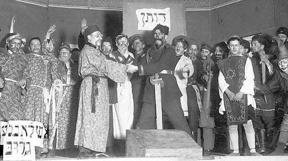 Сцена изпьесы «Мехирес Йосеф» («Продажа Йосефа»). Пуримское представление наэтнографическом вечере, организованном Исследовательским институтом идиша (YIVO). Вильно. 1928. Фотография Мориса Гросмана