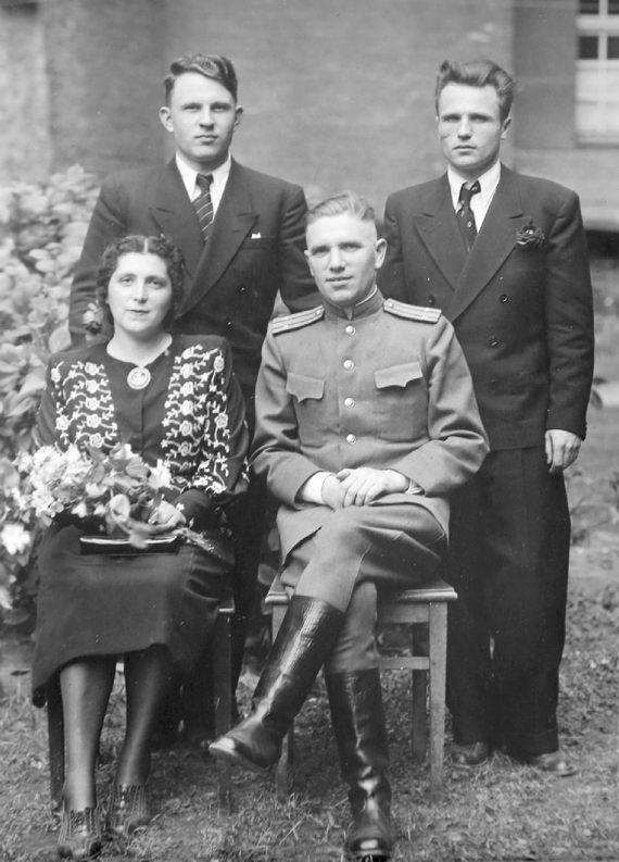 Майор Эсфирь Исааковна Френкина ссотрудниками НКВД. Германия. Июнь 1945