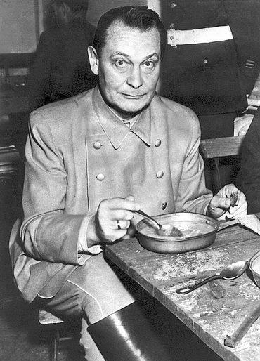 Герман Геринг обедает вперерыве вовремя Нюрнбергского процесса. 1945