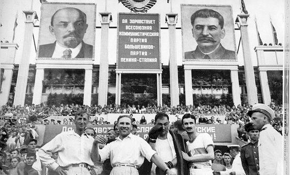 Спортивный праздник настадионе «Динамо». Анатолий Семенович Френкин второй справа. Конец 1940