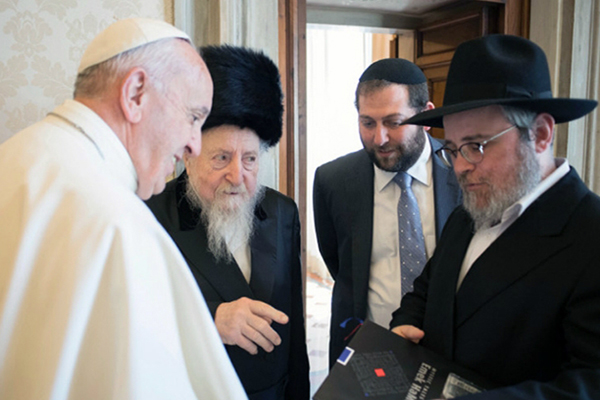 Картинки по запросу Папа Римский принял в Ватикане делегацию хасидов и станцевал с ними